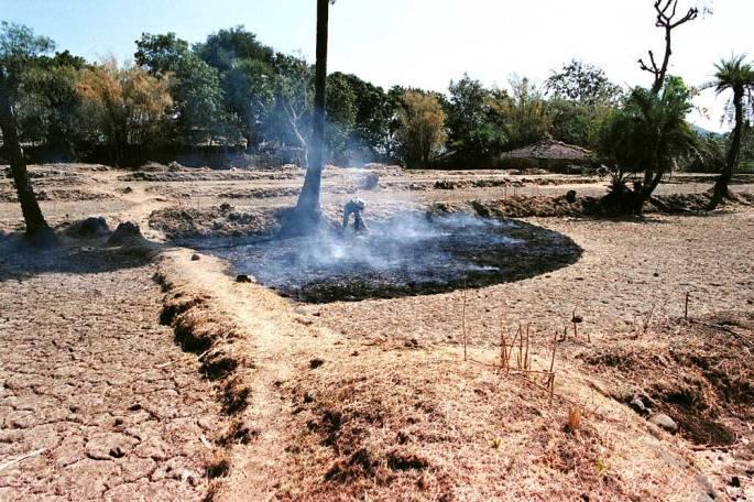 39 Making Smoky Arc Warli Tribal Land Maharastra India 2003